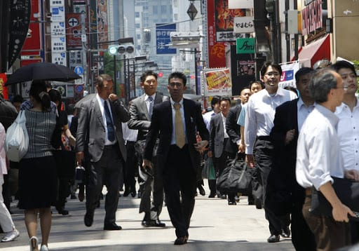 Chinese office workers in busy street - Working in China as an Expat